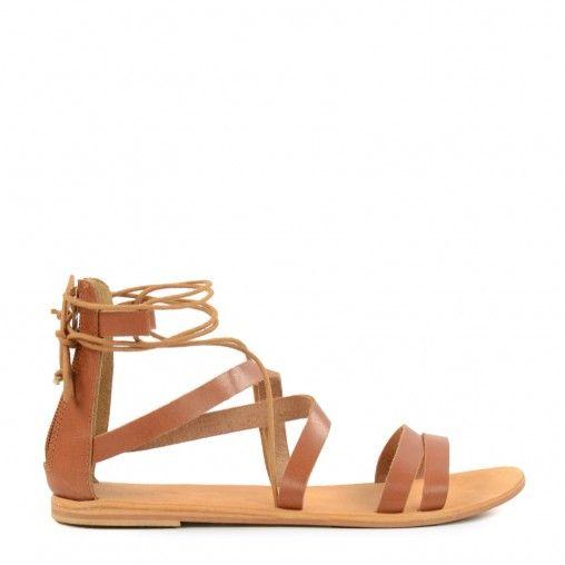 Go Gladiator! R�mersandalen sind extrem angesagt. Aus diesem Grund d�rfen diese flachen braunen Sandalen mit Schn�rung auf keinen Fall in deiner Schuhsammlung fehlen. Trage sie zu einem klassischen Kleid oder zu l�ssigen Jeans, mit diesen Schuhen sind die