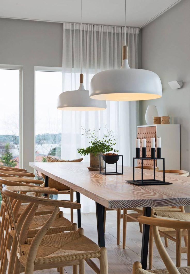 NEDLYS: Pendlene over spisebordet, Acorn fra Northern Lighting er lystette og sender bare lys ned på bordflaten.