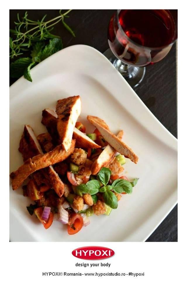 Azi va propunem o reteta sofisticata pentru o cina alaturi de cei dragi: salata Panzanella cu pui marinat. #Hypoxi #HealthySkin #teoskitchen