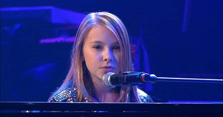 """A Young Girl Plays The Piano And Sings """"What A Wonderful World"""" With Her Powerful Voice."""