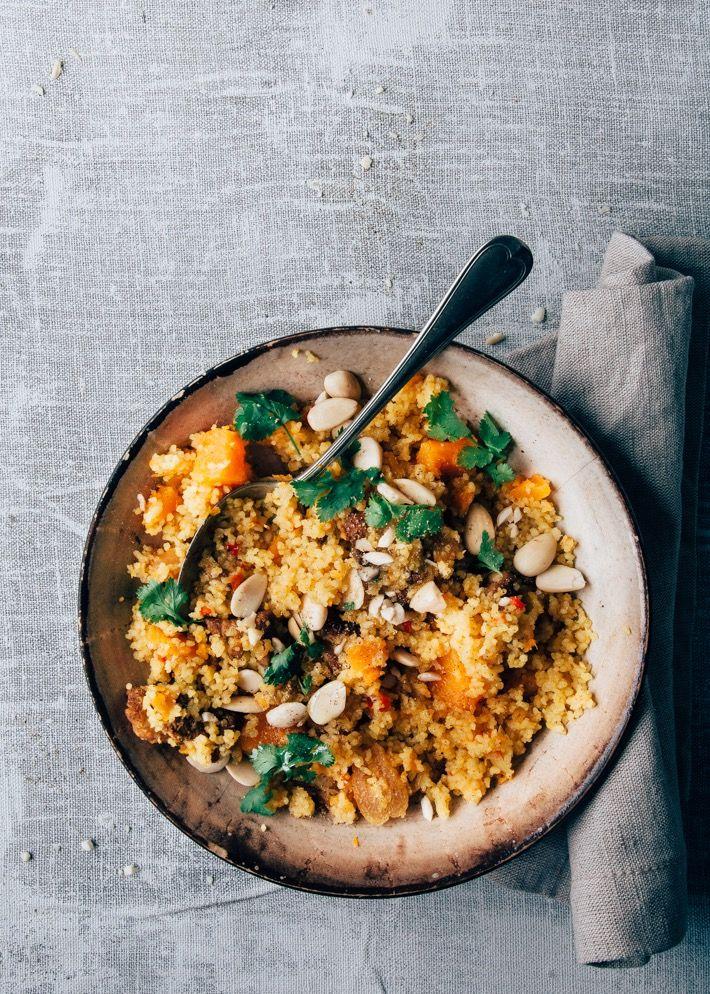 Couscous met pompoen, kip en abrikoos uit één pan. De smaak van de bouillon, ui, pompoen en specerijen trekken lekker in de couscous. Een heerlijk recept.