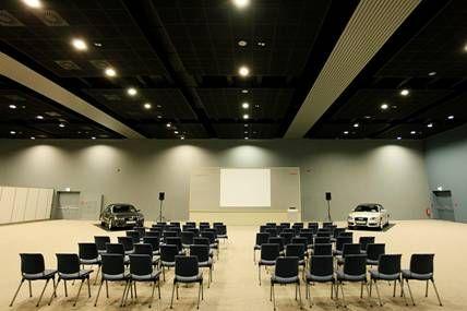 Das Maritim Hafenhotel Rheinsberg verfügt über eine Gesamt-Veranstaltungsfläche von etwa 3.000 qm. Zu den Highlights des Hauses zählt die große, multifunktionale Siegfried-Matthus- Arena. Sie bietet Platz für bis zu 1.000 Personen, und das ganze Jahr über finden hier kulturelle Events wie Musical- oder Theateraufführungen statt. Hinzu kommen drei modern ausgestattete, lichtdurchflutete Konferenzräume für bis zu 250 Personen und fünf Gruppenräume.