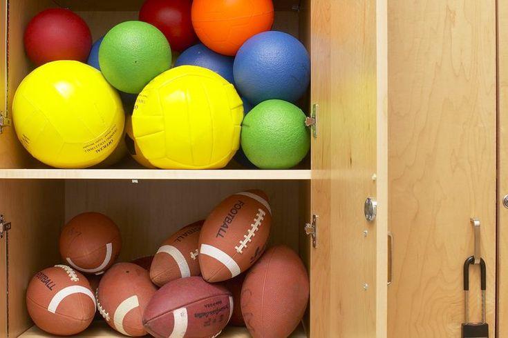 ¿Por qué los estudiantes de preparatoria deberían cursar educación física cada año?. La educación física, o clase de gimnasia, no es obligatoria para todos los estudiantes de preparatoria. En algunas escuelas no se ofrece debido a cortes en el presupuesto o debido a que hay una creencia de que los ...