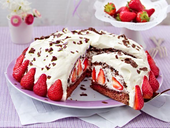 Stracciatella-Torte mit Erdbeeren