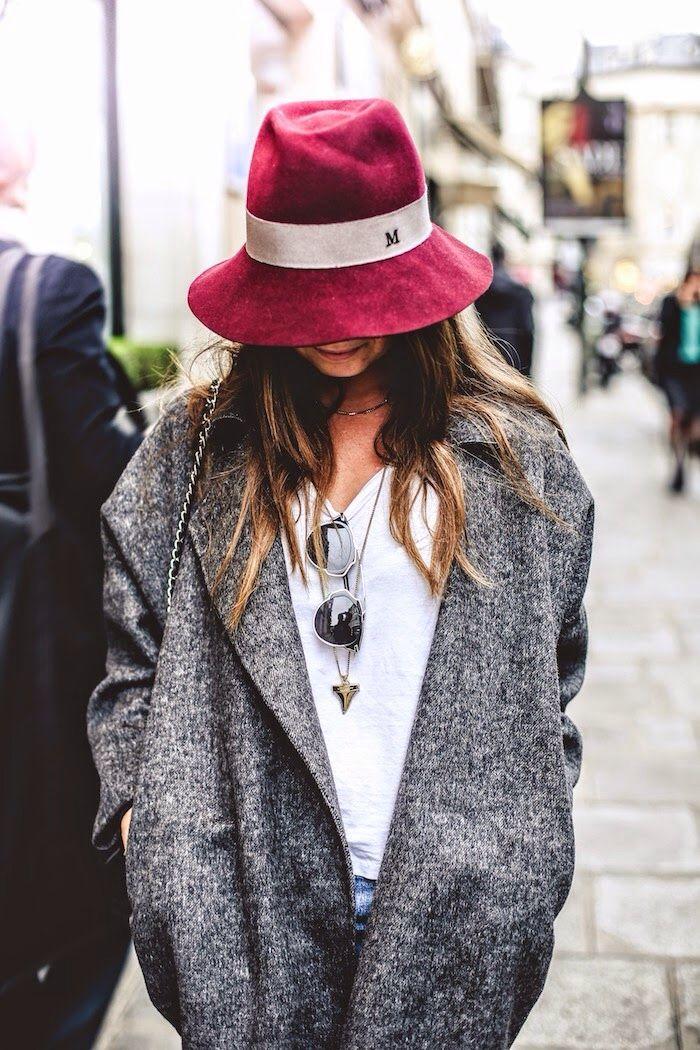 Pour les jours pluvieux et assombris à venir, on sort notre chapeau Maison Michel redonnant du vivant à nos tenues bichromatiques.