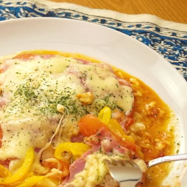 この季節の旬を生かした#夏野菜ラザニア を作ってみませんか? 夏野菜で栄養をつけて、元気に過ごしましょう! チーズもとろ〜り美味しいですよ♡  材料 ・ズッキーニ  1/2本 ・パプリカ  1/2個 ・玉ねぎ  1/4個 ・トマト  1/2個 ・オリーブオイル  大さじ1 ・スライスチーズ  2枚 ・ケチャップ  適量 ・マヨネーズ  適量 ・塩こしょう  少々 ・ベーコン  4枚 ・ピザ用チーズ  適量 ・粉チーズ  適量 ・こしょう  少々 ・パセリ  少々  手順 1. 野菜をすべて薄切りする 2. フライパンにオリーブオイルをひき、ズッキーニを並べてスライスチーズをのせたら蓋をして弱火で3分加熱する 3. ケチャップ、マヨネーズをかけ、玉ねぎ、パプリカ、トマトをのせたら塩こしょうし、ベーコン、ピザ用チーズ、粉チーズをのせて蓋をして中火で5分加熱する 4. こしょう、パセリをかけて完成  DELISH KITCHENが本になりました! Amazonにて 発売中♪ http://amzn.to/1qPjXM2#delishkitchentv #recipe #夏野菜たっぷり