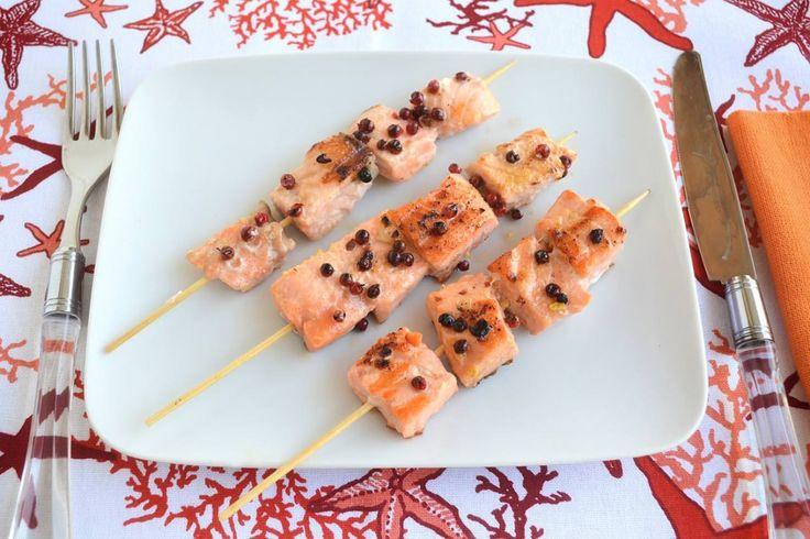 Spiedini di salmone al pepe rosa, scopri la ricetta: http://www.misya.info/ricetta/spiedini-di-salmone-al-pepe-rosa.htm