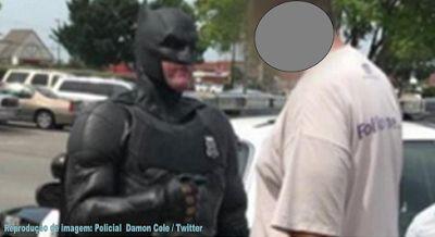 ZM News: Curiosidade: Homem é preso por policial caracterizado de Batman... https://zmecknews.blogspot.com.br/2017/06/curiosidade-homem-e-preso-por-policial.html
