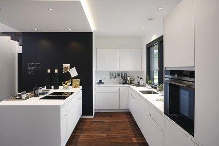 Den Kontrast von hell und dunkel in der Außengestaltung aufgreifend, präsentiert sich die Küche klar und strukturiert. #küche #schwarzweiss #puristisch #clean