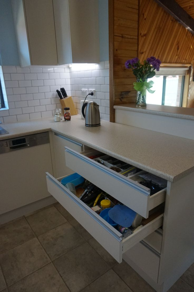 Gripless handles - stainless steel finish Soft close drawers Servery top Semi integrated dishwasher