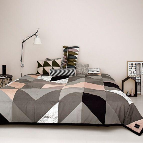 mit dieser tagesdecke f llt das bett machen leichter denn. Black Bedroom Furniture Sets. Home Design Ideas