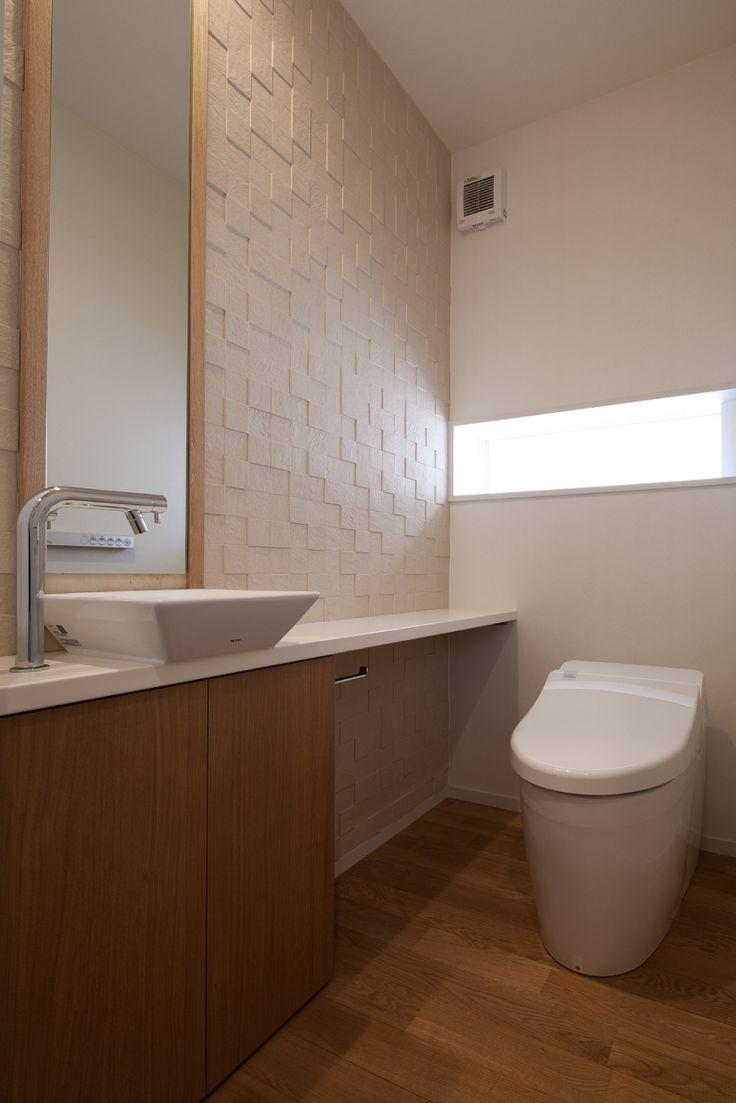 調湿タイルを貼ったトイレ(住宅密集地で陽光の恵みを受けるRC住宅|つばさの家)- トイレ/バス事例