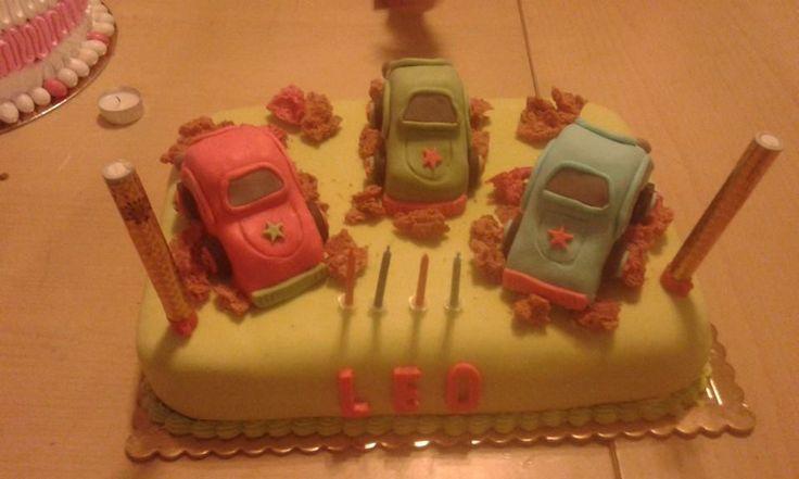 Torta decorate con macchinine fatte in torta modellata e pasta di zucchero.