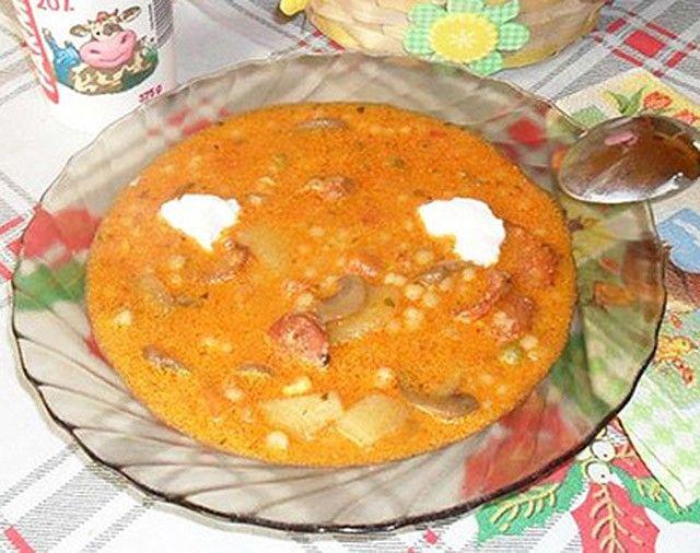Ha nagyon finom, tartalmas levesre vágysz, mindenképpen főzd meg! Hozzávalók:1 fej vöröshagyma10-15 dkg tarhonya1 teáskanál őrölt pirospaprika1...