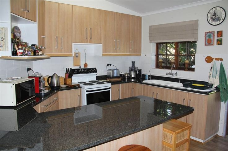 Heather Park – R1 345 000 Modern finishes, three bedrooms, a study & manicured garden setting. Call: Beatrix de Waal 072 394 8822.