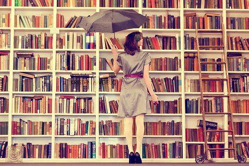 Love Peace and Write: A Vida Num Livro - Tag Pensamento do Dia Há dias que tudo parece que está tudo de pernas para o ar, tudo parece que está errado e não a volta a dar e de repente pensas que vai tudo resolver como nos livros ou como nos filmes.  Nessas alturas eu pego no livro que estou a ler para poder esquecer tudo e encontrar uma resposta sobre o que devo de fazer. Para mim livros são a escapatória perfeita assim como escrever.