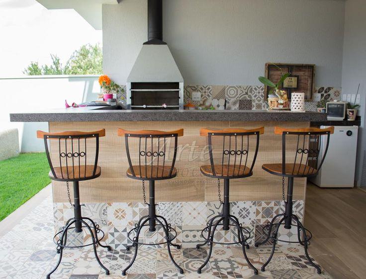 Mais um cliente satisfeito!   Banquetas Giratórias com altura regulável, feitas em ferro com madeira de demolição! ref. 989