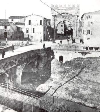 Arco d'Augusto e Ponte romano sull'Ausa prima dell'isolamento dell'Arco (ante 1938)