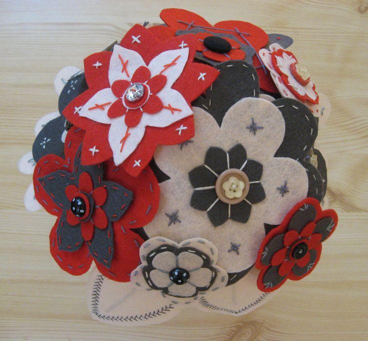 Szürke - piros - krém filc virágcsokor