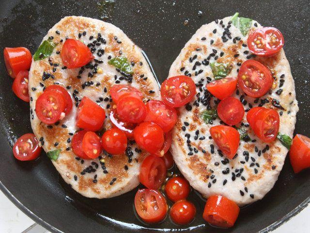 HAMBURGER ESTIVI 4/5 - Aggiungete i pomodorini precedentemente lavati e divisi a pezzetti e insaporiteli con un poco di sale e pepe.