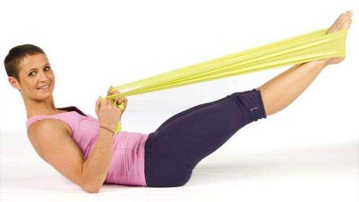 Esercizi per eliminare le maniglie dell'amore - La ginnastica per gli addominali con l'elastico