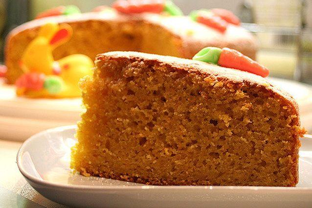 La torta di carote, nota anche come torta camilla, è un dolce soffice e nutriente. Famosa è la ricetta con le mandorle ma numerose sono anche le varianti: con nocciole, senza glutine e con yogurt.