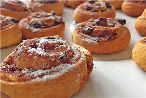 Super lekker bij het ontbijt, de lunch, of gewoon als tussendoortje, deze kaneelbroodjes! #bakken #kinderen #diy