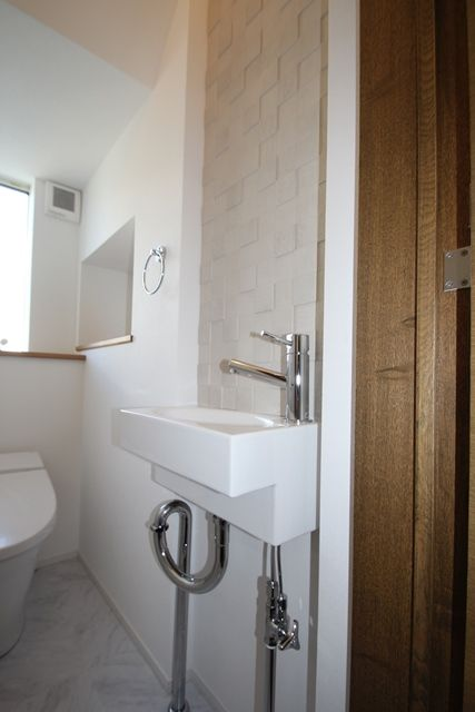手洗いスペース前には、調湿効果の高いエコカラットを。