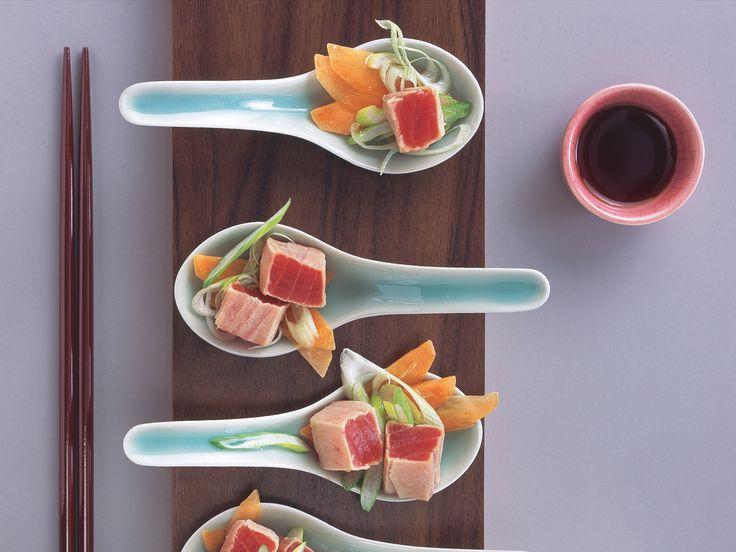 Andere Optik: Die mit rohen Tunfisch- und Gurkenstreifen gefüllten Sushi werden in ...