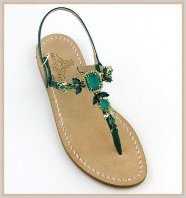 Sandali Bagni di Tiberio Sandali Bagni di Tiberio Modello infradito con listini in pelle capretto color verde. Le pietre in questo sandalo esaltano le tonalità dello smeraldo è un esplosione di luce nelle tre sfumature di verde che lo rendono irresistibile!