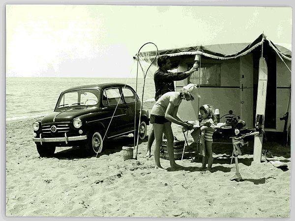 Una famiglia in vacanza sceglie il campeggio sulla spiaggia, 1960 ca. #TuscanyAgriturismoGiratola