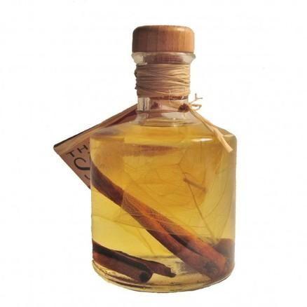 Come fare olio essenziale di cannella. L'olio essenziale di cannella è uno degli oli più apprezzati nel mondo dell'aromaterapia. È molto particolare per il suo aroma ma anche per offrire proprietà che favoriscono il benessere fisico e ment...