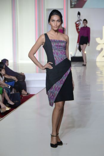 "Dorotea Gale by Dewi Cristina. JFFF 2014. ""Embracing Hand Woven. The Indonesian Heritage"". Pink and Black handwoven tenun from Indonesia (Bali and Sumatra)."