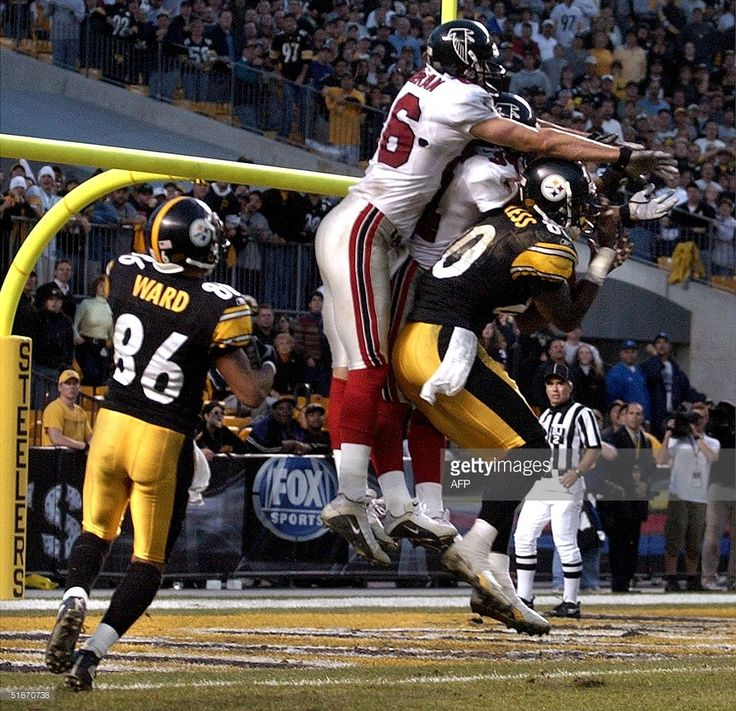 Pittsburgh Steelers receiver Hines Ward (L) watches as teammate Plaxico Burress (R) catches a Hail Mary pass from quarterback Tommy Maddox under Atlanta Falcons defenders Brian Finneran (L-C) and Ray Buchanan (R-C) as time runs out in overtime 10 November, 2002 at Heinz Field in Pittsburgh, PA. Burress caught the pass on the one-yard line, and the game ended in a 34-34 tie. AFP PHOTO/DAVID MAXWELL