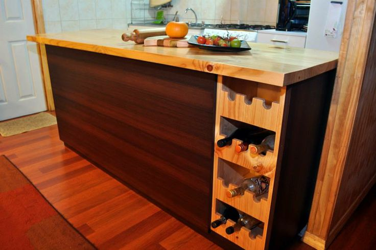 Mobiliario construido en melamina coigue chocolate con textura y madera, uniones con tarugos, superficies limpias sin tornillos a la vista.