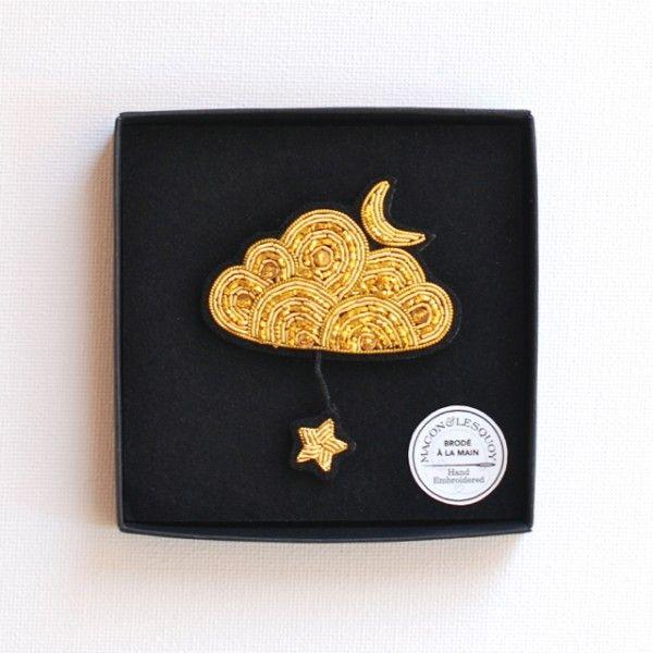 <p>Eblouissante broche brodée main en canetille Macon&Lesquoy, en forme de grand nuage doré avec une petite lune posée dessus et une étoile pendue au bout d'un fil doré, pour éblouir vos amis en soirée, livrée dans une boite noire.</p>