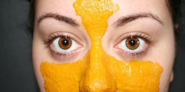 Masque au curcuma: recette pour un teint éclatant, l'acné, la rosacée