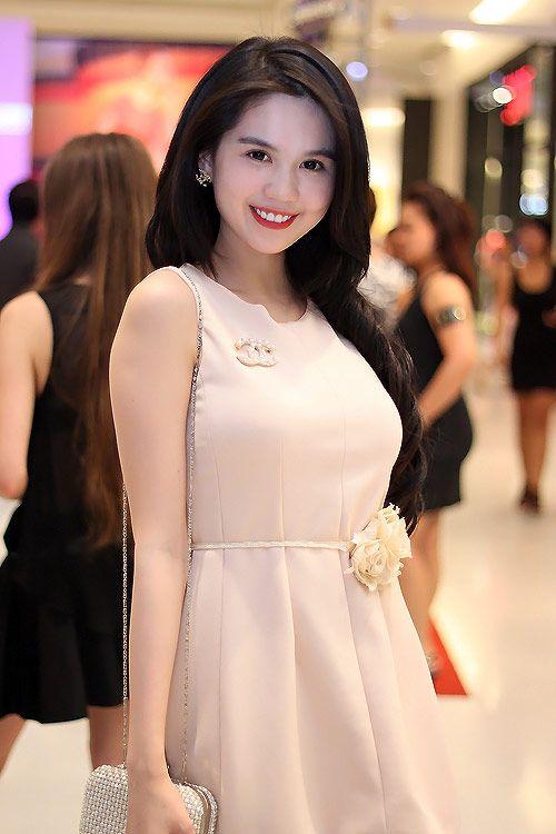 Hoa hậu Ngọc Trinh xuât hiện trong sự kiện thời trang, cô gây được sự chú ý và thiện cảm của đông đảo khách mời bởi phong cách trẻ trung, trong sáng của mình. Ngọc Trinh diện một chiếc váy màu nude nhẹ nhàng, phom dáng đẹp mắt, ngắn vừa đủ. Chiếc váy tôn làn da trắng mịn của Ngọc Trinh và đáng yêu hơn với điểm nhấn khối hoa tại viền eo.: Màu Nude
