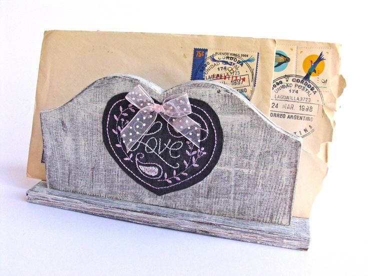 porta lettere/tovaglioli in legno shabby con applicazione in stoffa ricamata