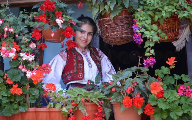 Ligia Bodea (21 de ani) a amenajat, în ultimii 10 ani, în memoria bunicii sale, un veritabil sat tradiţional în curtea gospodăriei familiei din satul sălăjean Iaz. Cei care nu au avut privilegiul unei vacanţe la ţară pot trăi aici această experienţă, având la dispoziţie cadrul autentic de acum un secol.