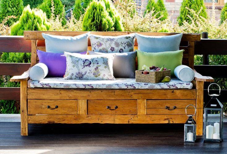Ab ins Grüne! Gemusterte Kissen machen diese Sitzbank zum Blickfang