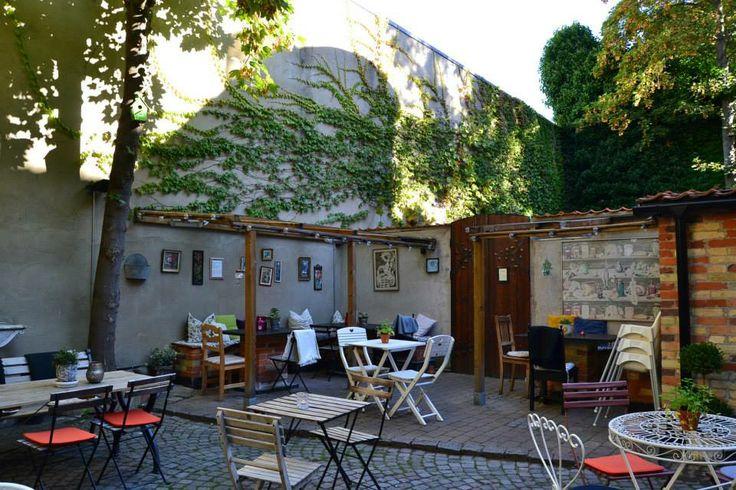 Kafé Agnez Agnesgatan 11, Malmö, Sweden.  Kafé Agnez är ett litet ekologiskt och veganskt café som ligger på Gamla Väster i Malmö.
