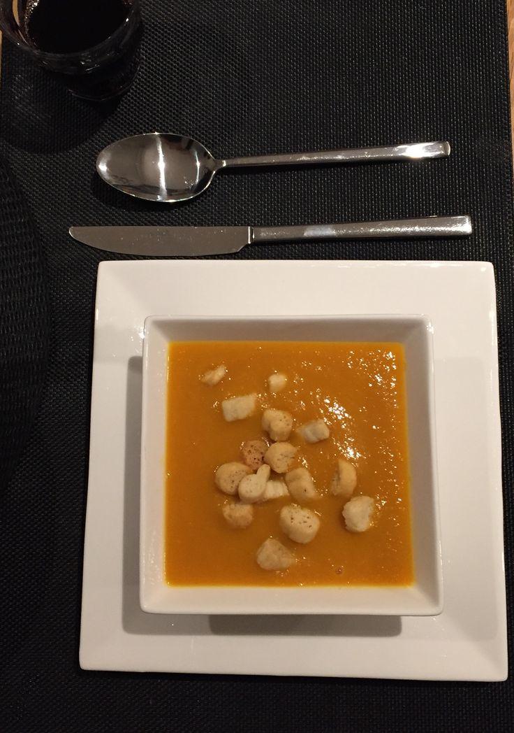 Zelfgemaakte pompoensoep met peentjes, ui en knoflook, versierd met knoflook croutons... gewoon omdat herfst is!