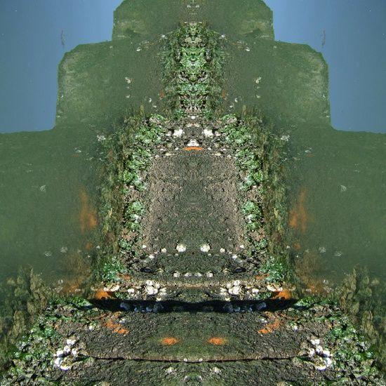 De herkomst is opgegaan in het thema en doet er ook niet meer toe. Het resultaat nodigt uit tot meditatie. Wat roept het op, wat raakt het aan of nodigt het juist uit tot niets en de gedachten laten waaien.