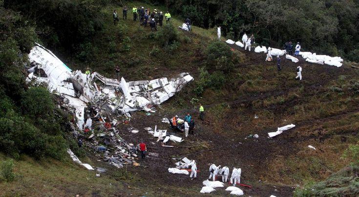 Labores de rescate en el avión boliviano accidentado en La Ceja, departamento de Antioquia (Colombia), donde viajaba gran parte del equipo de fútbol brasileño Chapecoense, el 29 de noviembre de 2016.