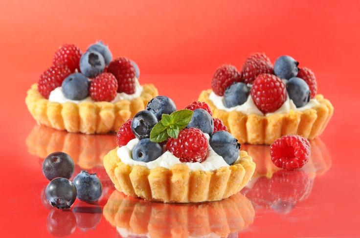 Babeczki z owocami leśnymi. Kliknij w zdjęcie, aby poznać przepis. #ciasta #ciasto #desery #wypieki #cakes #cake #pastries #babeczki #cupcakes #muffins #mufiny