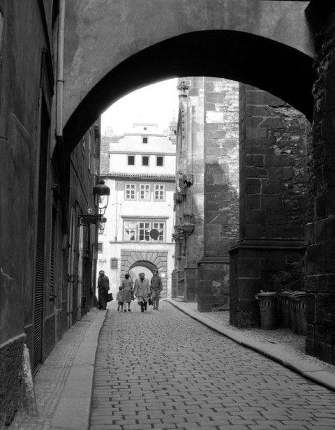 Týnská ulička (759) • Praha, červen 1960 • | černobílá fotografie, pohled k Ungeltu |•|black and white photograph, Prague|