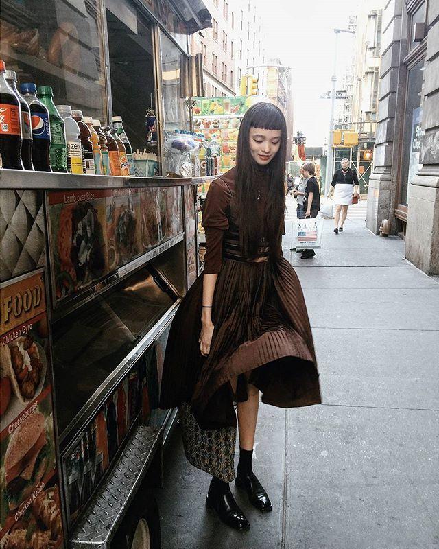 スカートひらり~ ひらりスポットを見つけて遊ぶ。 NYで買ったお気に入りのドレスと スペインで買った50'sの鞄。 Flipping my skirt #vintagestyle #まんinny #マンナミ海外紀行 #茶色が歩く #ニューヨークカーのソウルフード #チキンオーバーライス