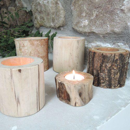 Créez une atmosphère chalet et montagne cet hiver avec ce lot de 5 photophores en bois de tailles et essences différentes. Placez-y de simples bougies chauffe-plat, installez les sur une console