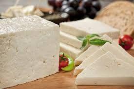 100 Gram Beyaz Peynir Kaç Kaloridir? Kahvaltıların vazgeçilmezi olan beyaz peynir, ülkemizde de en çok tüketilen besin maddesi olarak sofralarımızda yer almaktadır. İnek, keçi veya koyun sütünden yapılan, salamura olarak bekletilen beyaz renkli yiyecek maddesidir.